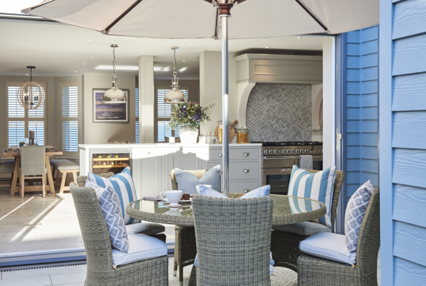 Courtyard dining & bifold doors - Interior design